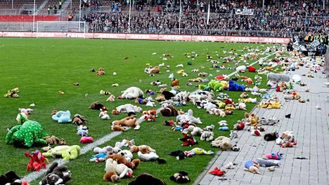 Viime toukokuussa St. Paulin fanit heittivät kentälle satamäärin pehmoleluja, jotka lahjoitettiin hyväntekeväisyyteen.