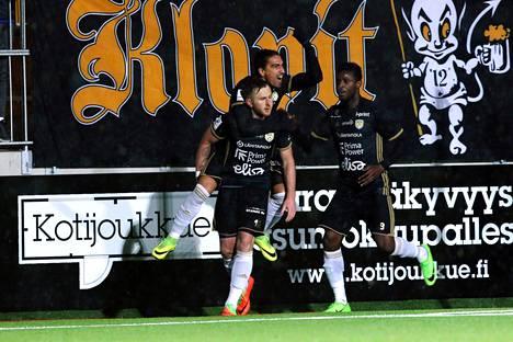 Billy Ions juhli pilkulta tekemäänsä maalia Veikkausliigan avauskierroksen ottelussa FC Lahtea vastaan. Ionsin selässä osumasta riemuitsi Facundo Guichon. Ilonpitoon yhtyi myös Anatole Abang.