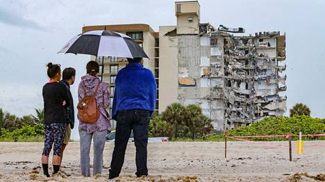 12-kerroksinen kerrostalo romahti Surfsiden kaupungissa Miamin metropolialueella.
