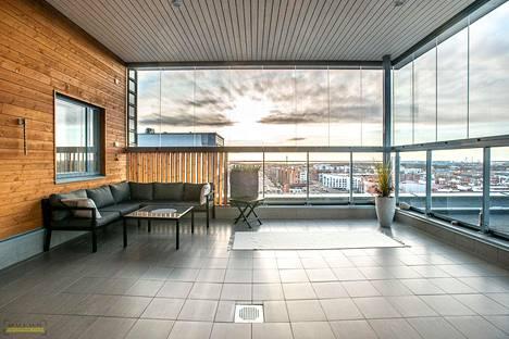 OULU: 3h + k + kh + s 80 neliötä, myyntihinta 695 000 euroa. Rautatienkadun varressa ylimmässä 12. kerroksessa sijaitsevan asunnon erikoisuutena on todella suuri ja lasitettu kattoterassi. Myös ylimmän kerroksen jokaisesta huoneesta on upeat näkymät yli Oulun.