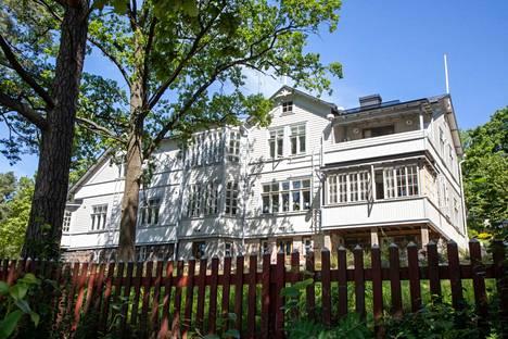 Jyhkeä pytinki muistetaan myös Kilpisen talona. Yrjö Kilpisen tunnetuimpia sävellyksiä on Lippulaulu.