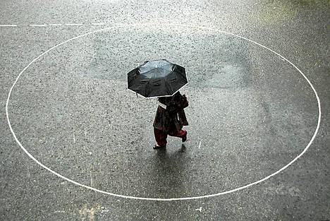 Sataa ropisee. Sateenvarjoa pitelevä jalankulkija kävelee monsuunisateessa Shimlan kaupungissa Intiassa. Intian taloudelle erittäin tärkeät monsuunisateet ovat kuitenkin nyt olleet keskimääräistä vähäisempiä, minkä viranomaiset pelkäävät haittaavan viljantuotantoa.