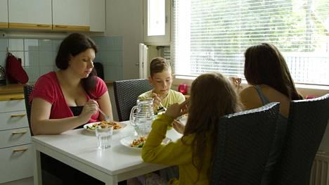 Johannalla on aiemmista suhteista kolme lasta.