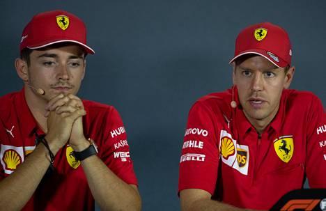 Charles Leclerc (vas.) sijoittui viime kaudella MM-sarjan kokonaispisteissä neljänneksi, Vettel viidenneksi.
