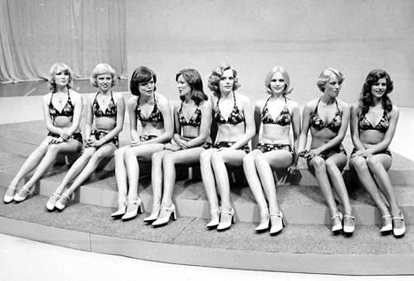 Vuoden 1976 kilpailuissa tytöt olivat uimapukujen sijaan bikineissä. Kuvassa vasemmassa reunassa Maarit Leso ja oikeassa reunassa Riitta Väisänen.