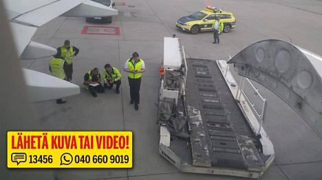 Finnairin koneelle tapahtui onnettomuus Münchenissä torstai-iltana. Kuvassa koneen vaurioita tutkitaan.