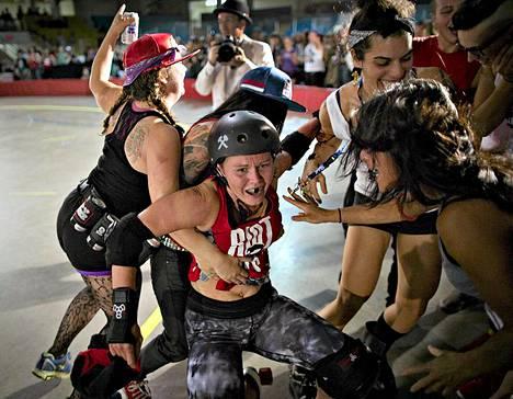 Terminal City Rollergirls -liigan voittajajoukkueen Justine TimberSkate nimellä tunnettu pelaaja yleisön piirittämänä Vancouverissa Kanadassa. TimberSkate ja hänen joukkueensa Riot Girls voitti vuoden 2013 mestaruuden. Terminal City Rollergirls on vuonna 2006 perustettu roller derby -liiga. Roller Derby on nopeatempoinen joukkuepeli, jossa pelaajat rullaluistelevat. Laji vaatii nopeutta, strategiaa ja urheilullisuutta.