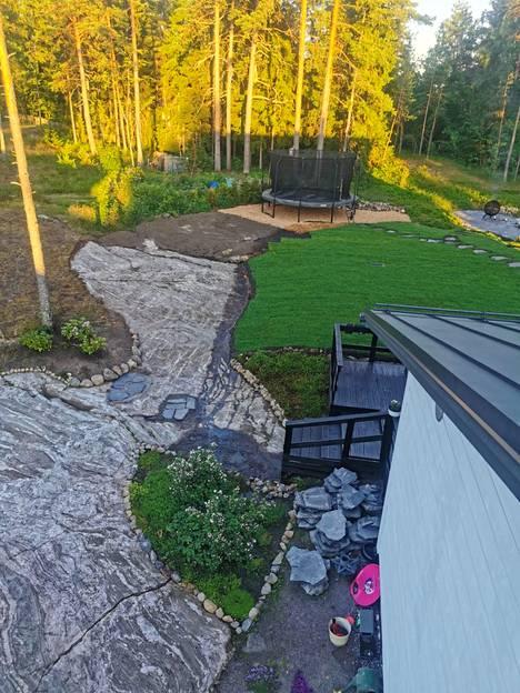Kauniit kalliot paljastuivat talon vierestä metsämaan alta.