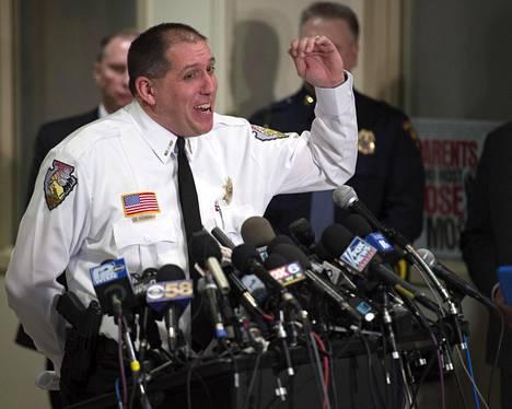 Ilo ja kiitollisuus olivat päällimmäisinä tunteina lehdistötilaisuudessa, jossa viranomaiset kertoivat Jaymen löytymisestä. Kuvassa Barronin piirikunnan sheriffi Chris Fitzgerald.