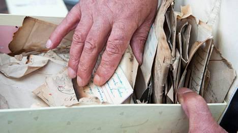 Armi Kuuselan lapsuudenperheen kirjeet ovat olleet Veijo Långströmillä ja Sari Nymanilla hallussa parinkymmen vuoden ajan.