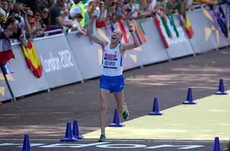 Sergei Kirdjapkin ylitti Lontoon olympialaisissa maalilinjan ensimmäisenä 50 kilometrin kävelyssä.