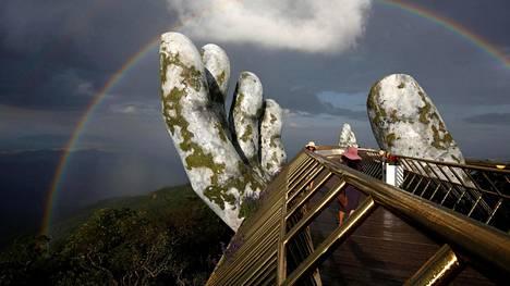 """Huikeat kuvat: Jättimäinen käsipari kannattelee kultaista siltaa kilometrin korkeudessa Vietnamissa – """"Tuntuu kuin kävelisin pilvissä"""""""