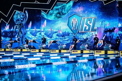 ISL-liigassa on panostettu kilpailutapahtumiin ja tv-formaattiin. Yleisöä paikalla ei tietenkään ole, mutta puitteet ovat silti komeat.