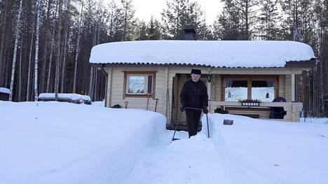 Talviasuttavuus on nykyisin valttia kesämökillä. Esa Happonen kolaa mökkinsä polkua.