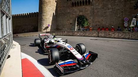 Mick Schumacher kurvaili Bakun katuradalla sunnuntaina.