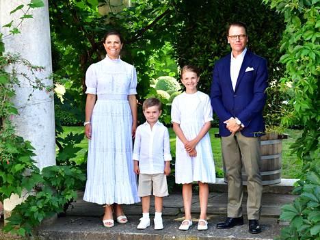 Kruununprinsessa Victoria perheineen virallisissa syntymäpäiväkuvissa Sollidenin linnan pihalla.