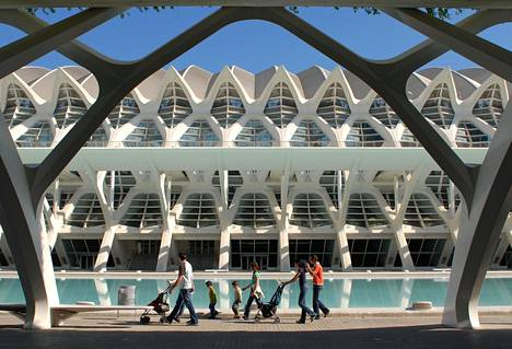 Valencian huippunähtävyys on Tieteiden ja taiteiden kaupunki. Sen tiedemuseo muistuttaa ulkoa valaan luurankoa.