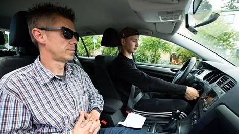 Autokoulunopettaja Petri Vaara opettaa autokoulu Capin tunnilla Tikkurilassa.