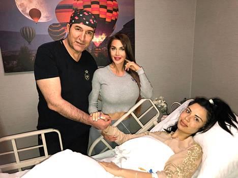 Lääkäri B:ksi itseään kutsuva kauneuskirurgi ja ihmis-Barbie Pixee Fox vierailivat leikkauksesta toipuvan Pamplonan luona sairaalassa.