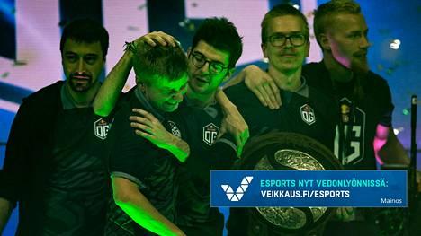 OG pääsi voittonsa myötä käsiksi paitsi 9,5 miljoonaan euroon, myös Aegis of Champions -palkintolautaseen. Topias Taavitsainen on toinen oikealta. Jesse Vainikka puuttuu kuvasta.