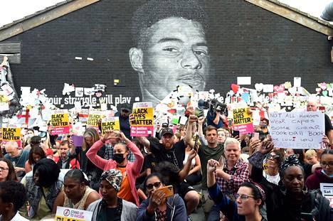 Ihmiset osoittivat tukensa somevihan kohteeksi joutuneen Marcus Rashfordin muraalilla Manchesterissä. Maalausta oli aiemmin vandalisoitu.