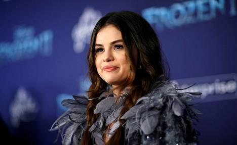 Selena Gomez oli pukeutunut elokuvan teeman mukaisesti.