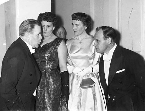 Ojhaaja ja kirjailija kohtasivat Linnan juhlissa 1955. Edvin Laine, Kerttu Linna, Mirjam Novero ja Väinö Linna.