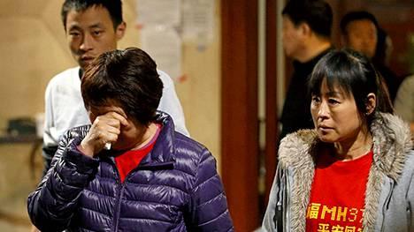 Kadonneessa koneessa olevien kiinalaismatkustajien sukulaisia tiedotettiin mysteerikoneen tilanteesta keskiviikkona Pekingissä.