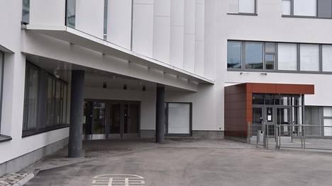 Poliisi kävi hakemassa häiritsevästi käyttäytyneen miehen suojiinsa Vattuniemen ala-asteelta.