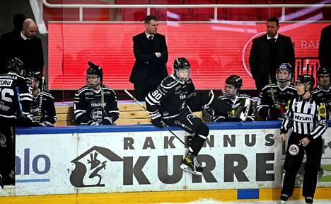 Raimo Helminen penkin takana TPS:n ja Kärppien ottelussa keskiviikkoiltana.