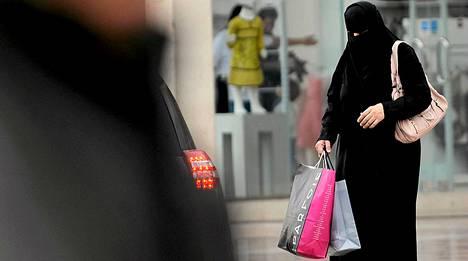 Saudinainen ostoksilla Riadissa.