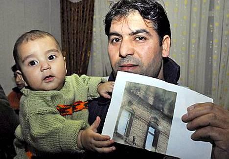 Onur-vauvan ikkunasta pudottanut setä ei keksinyt muutakaan keinoa yrittäessään pelastaa pienokaista liekehtivästä kerrostalosta Saksassa.