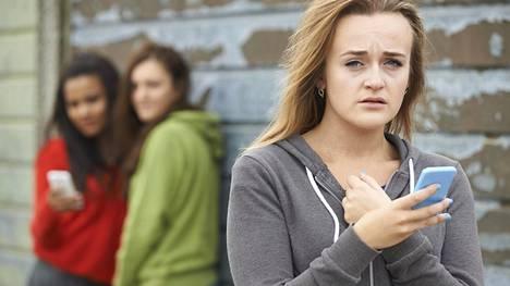 Tyttöjen satuttavan käytöksen taustalla on usein heidän oma epävarmuutensa. Kuvituskuva.