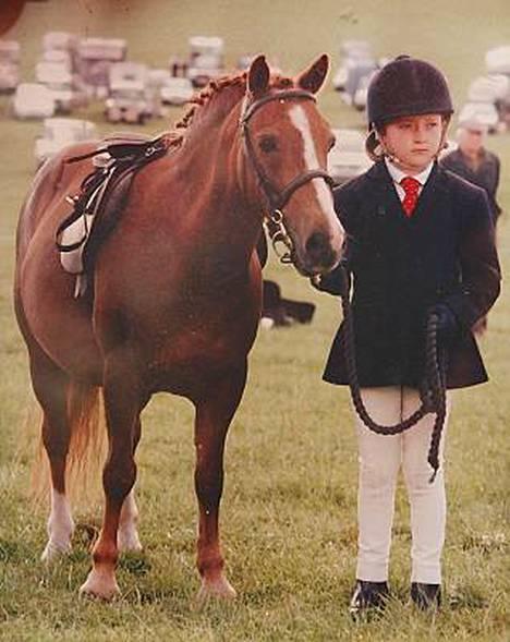 Hannah 11-vuotiaan innolla täydessä ratsastusvarustuksessa.