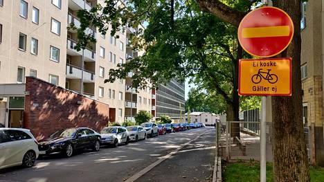 Kielletyn ajosuunnan merkki koskee myös pyöräilijöitä, mutta lisäkilpi antaa uuden lain myötä mahdollisuuden ajaa liikennettä vastaan.