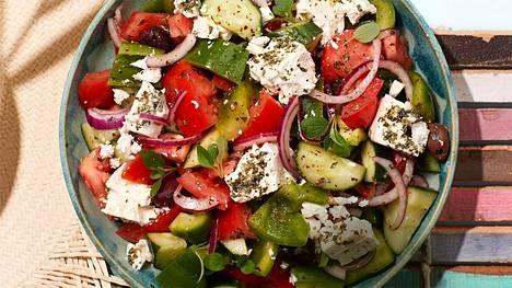 Kreikkalainen horiatiki-salaatti valmistetaan ilman lehtisalaattia.