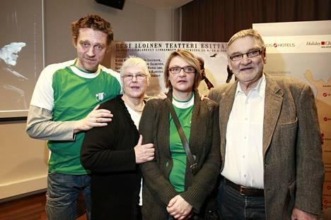 Ville, Liisa, Riikka ja Jukka Virtanen Uuden Iloisen Teatterin 30-vuotisjuhlarevyyssä keväällä 2008.