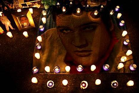 Elviksen kotitalon edustalle Memphisiin sytytettiin kynttilöitä legendan muistoksi.