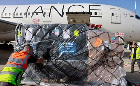 Tytöntekijät lastaavat Air Indian konetta avustustarvikkeilla Tel Avivissa, Israelissa.