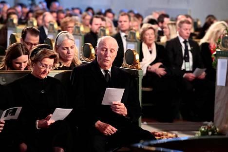 Kuningatar Sonja ja kuningas Harald Ari Behnin hautajaisissa.