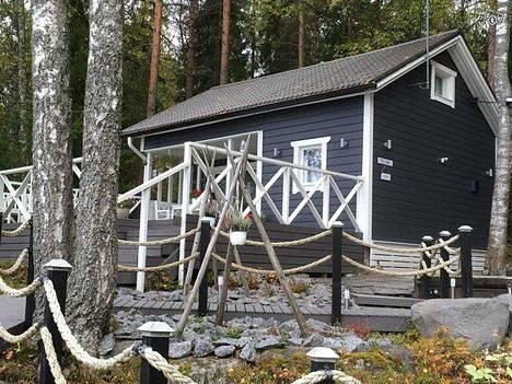 Keski-Suomessa, Päijänteen rannalla on tarjolla myös tämä kokonaisuus, johon kuuluu kesämökki, saunamökki, kuuden hengen palju ja laavu. Viikkovuokra vaihtelee ajankohdan mukaan. Kesäkuukausina mökki vuokrataan viikoksi 900 eurolla.