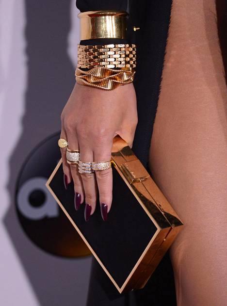 Chrissyn musta mekko sai parikseen kultaiset asusteet.