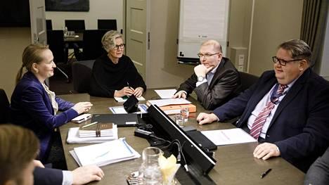 Vasemmalta, Teknologiateollisuuden työmarkkinajohtaja Minna Helle, valtakunnansovittelija Vuokko Piekkala, Teollisuusliiton puheenjohtaja Riku Aalto ja ensimmäinen varapuheenjohtaja Turja Lehtonen Teknologiateollisuuden ja Teollisuusliiton neuvotteluissa valtakunnansovittelijan toimistolla Helsingissä 29. marraskuuta 2019.