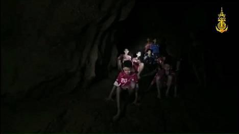 Kuva on peräisin The Royal Navyn videosta. Jalkapallojoukkueen 12 pelaajaa ja heidän 25-vuotias valmentajansa löytyivät elossa.