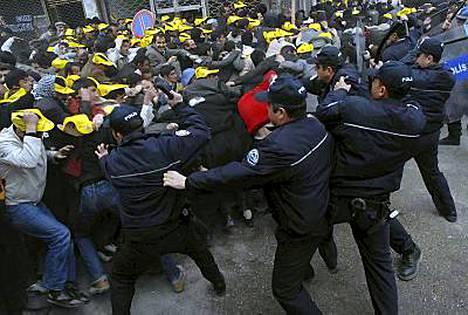 Mielenosoittajat ja poliisi ottivat rajusti yhteen Vanin kaupungissa.