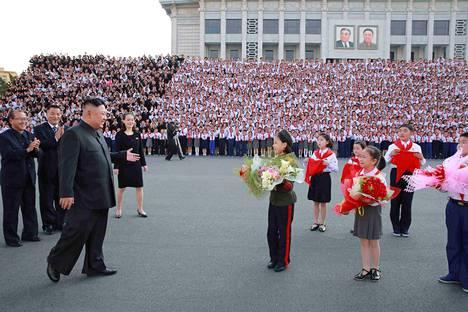 Pohjois-Korean johtajan Kim Jong-unin ympärille on muodostettu henkilökultti vahvistamaan autoritaarista diktatuuria, johon kansalaiset opetetaan lapsesta asti.