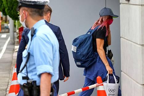 Krystsina Tsimanouskaja saapui maanantaina Tokion Puolan-suurlähetystöön olympiaurheilijoille jaettua kassia kantaen ja poliisien turvatessa hänen matkaansa.