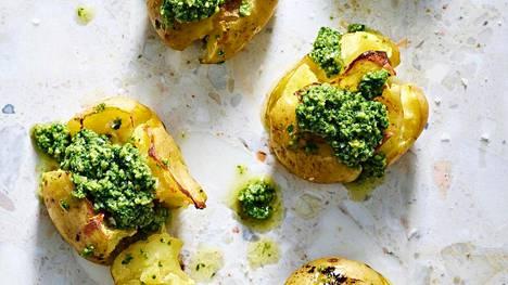 Vihreästä pestosta saa helposti vegaanisen version. Mikä parasta, siihen voi ujuttaa pähkinä- ja mantelipussilliset kaapin perältä.