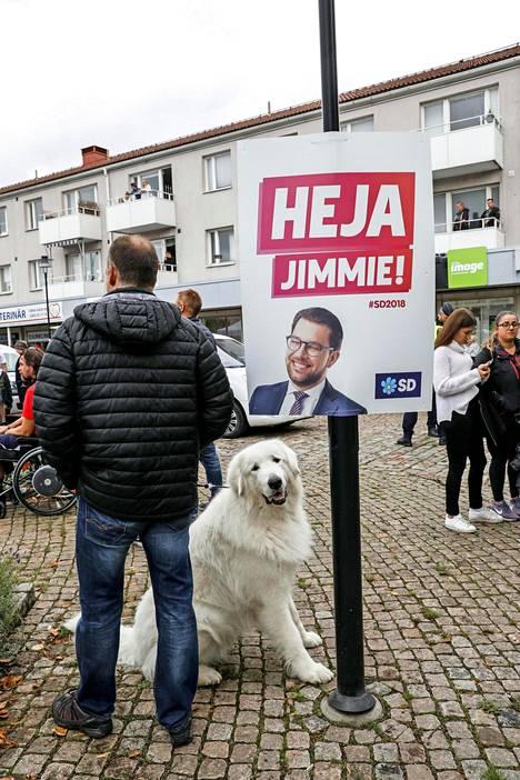 Ruotsidemokraattien johtaja Jimmie Åkesson on yrittänyt häätää rasistiset ääriainekset puolueesta.