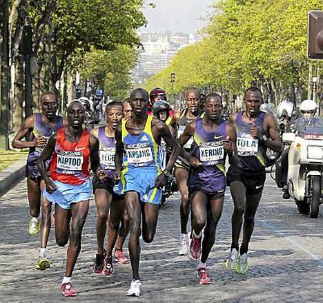 Tadesse Tola (oik.) pesi muun porukan Pariisin maratonilla.